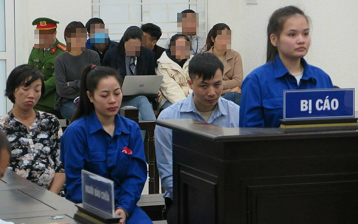 Từ trái qua: Bị cáo Nhung, Ly, Phong và Thu tại phiên toàn ngày 16/11. Ảnh: Hồng Lam