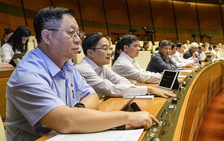 Đại biểu bấm nút thông qua dự án luật, nghị quyết tại kỳ họp thứ 10, Quốc hội khóa 14. Ảnh: Trung tâm báo chí Quốc hội