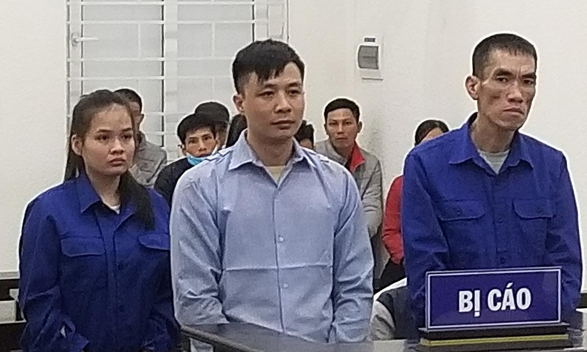 Bị cáo Toàn (ngoái cùng bên phải) có 4 tiền án Hình sự, không thừa nhận tội danh. Ảnh: Lam Vân