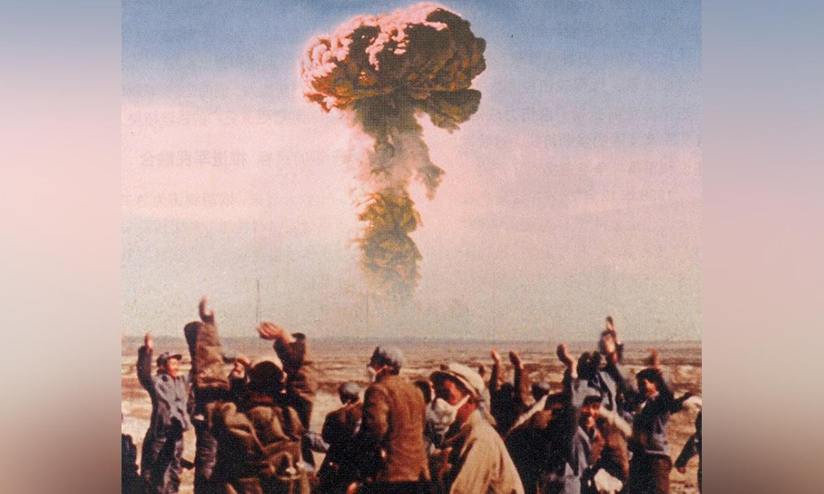 Chuyên gia và kỹ sư Trung Quốc ăn mừng sau khi thử thành công bom nguyên tử tại Tân Cương, tháng 10/1964. Ảnh: SCMP.
