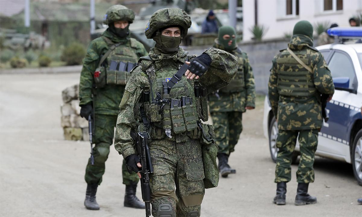 Lực lượng gìn giữ hòa bình Nga và lực lượng địa phương tại một chốt kiểm soát tại  Stepanakert, thủ phủ vùng Nagorno-Karabakh, ngày 15/10. Ảnh: AP.
