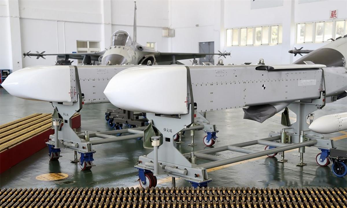 Tên lửa Vạn Kiếm được trưng bài tại căn cứ lực lượng phòng vệ trên không của Đài Loan ở Bành Hồ, ngày 22/9. Ảnh: CNA.