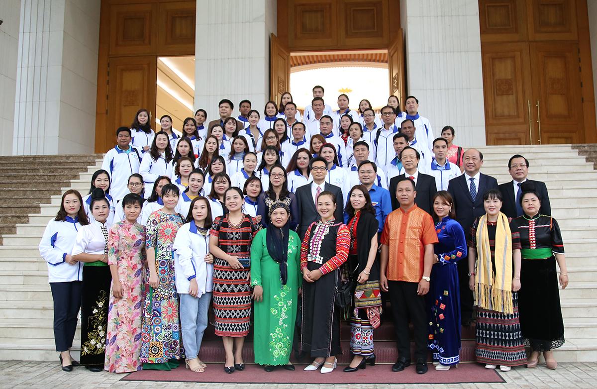 Phó thủ tướng Vũ Đức Đam chụp ảnh kỷ niệm với 63 thầy cô. Ảnh: Hải Đăng.