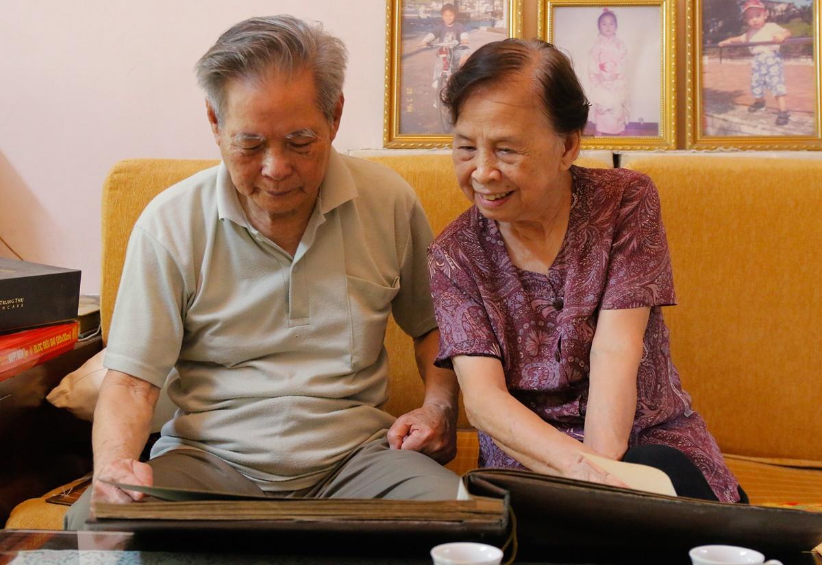 Ông Vương Mạnh Thái và bà Nguyễn Thị Đảm, con trai và con dâu ông Vương Kiêm Toàn, xem lại tài liệu về cuộc đời hoạt động của bố. Ảnh: Thanh Hằng
