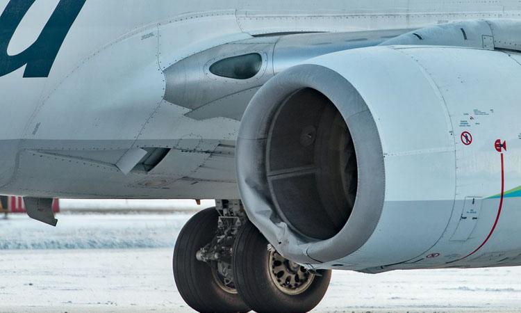 Động cơ bên trái chiếc chiếc Boeing 737-700 thuộc hãng Alaska Airlines bị hỏng sau vụ va chạm tối 14/11. Ảnh: Anchorage Daily News.