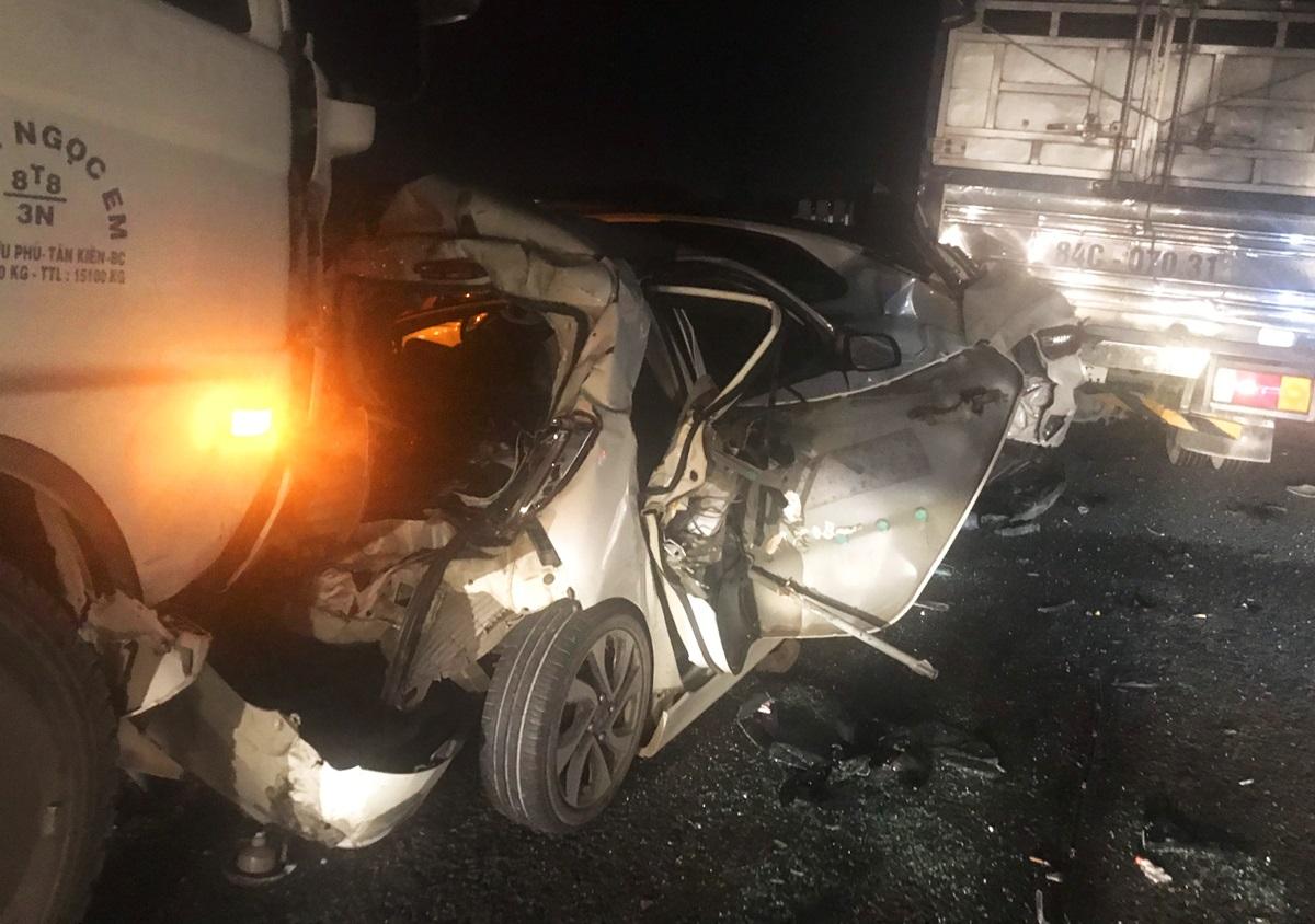 3 ôtô con phần đầu, đuôi bị dúm dó, hư hỏng nặng kẹt giữa hai xe tải sau tai nạn. Ảnh: An Long