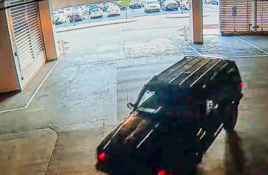 Chiếc xe Jeep màu đen tại hiện trường vụ nổ súng. Ảnh: Dallas Police Department.