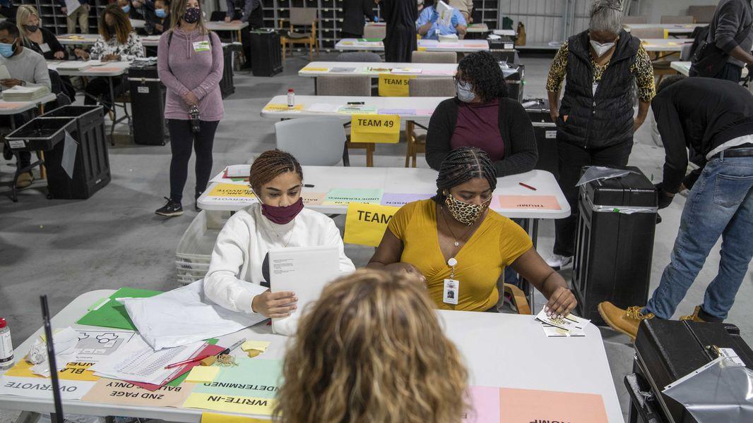 Các nhân viên kiểm lại phiếu bầu bằng tay ở hạt Gwinnett, bang Georgia, hôm 16/11. Ảnh: AJC.