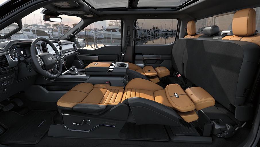 Bệ ngồi của hàng ghế sau gập thẳng lên lưng, trong khi hàng ghế trước gần như ngả phẳng 180 độ. Ảnh: Ford