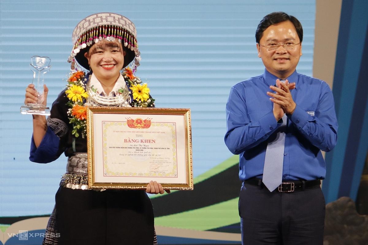 Cô giáo nhận bằng khen, kỷ niệm chương trong chương trình Chia sẻ cùng thầy cô 2002, tối 17/10. Ảnh: Thanh Hằng