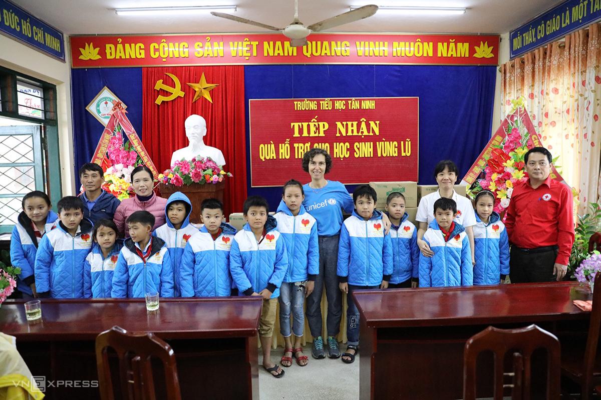 UNICEF tặng quà tại trường Tiểu học Tân Ninh. Ảnh: Quang Hà