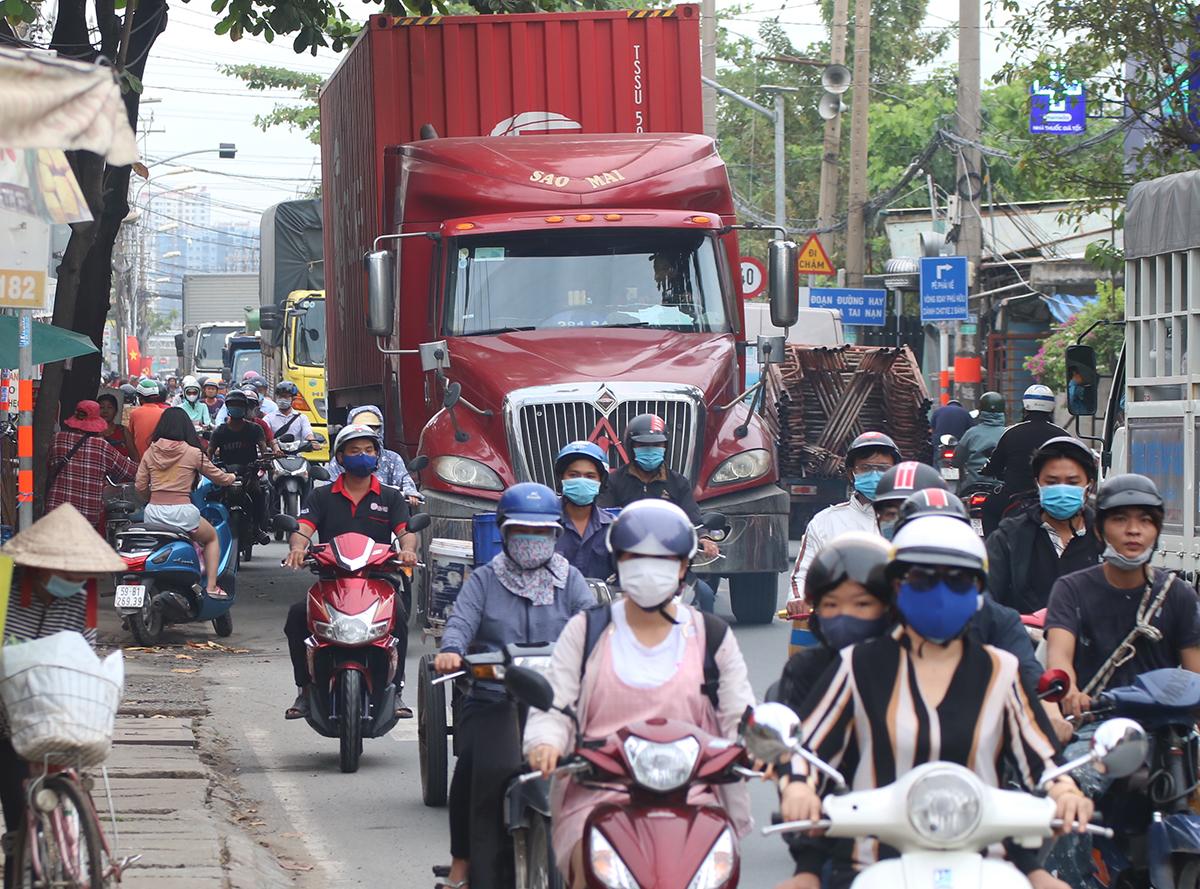 Đường Nguyễn Duy Trinh nối quận 2 và quận 9 luôn ùn tắc do xe container ở cảng Phú Hữu, quận 9, chạy trên tuyến này. Ảnh: Gia Minh.
