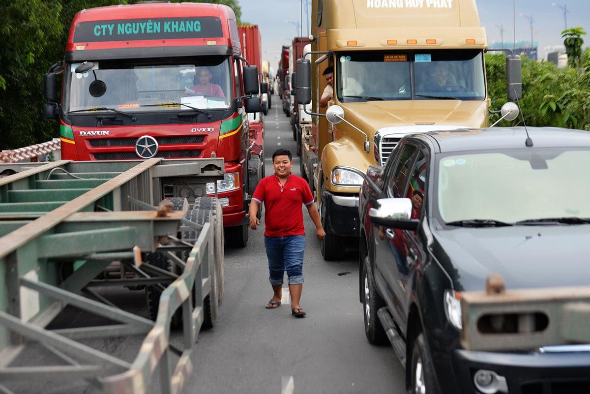 Kẹt xe trên đường Đồng Văn Cống gần khu vực cảng Cát Lái, quận 2. Ảnh: Hữu Khoa.