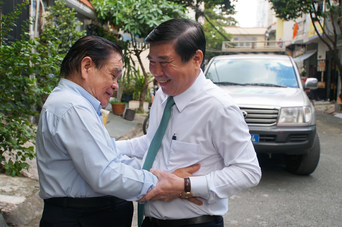 GS Nguyễn Thanh Tuyền (trái) đón ông Nguyễn Thành Phong chiều 17/11. Ảnh: Mạnh Tùng.