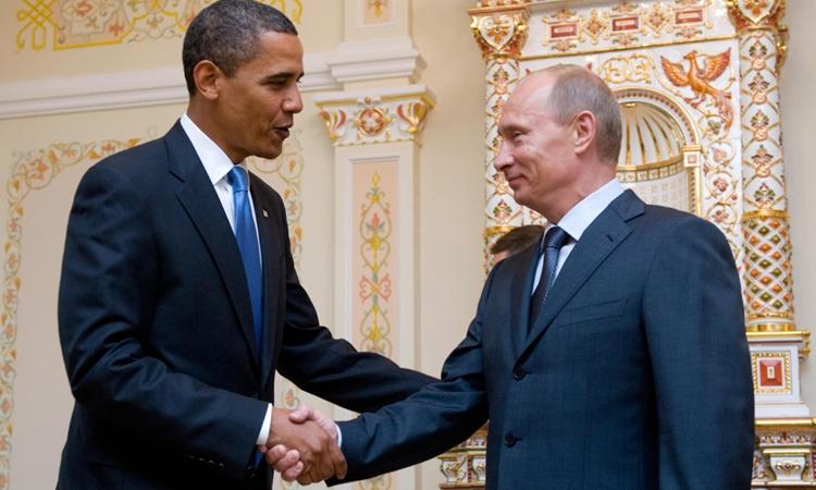 Cựu tổng thống Mỹ Barack Obama (trái) và Tổng thống Nga Vladimir Putin tại hồi tháng 7/2009. Ảnh: AFP.