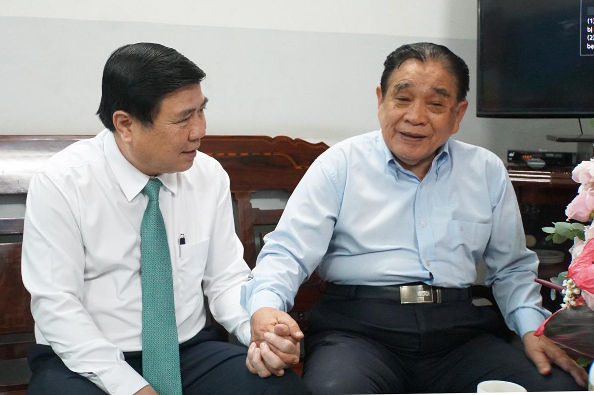 Ông Nguyễn Thành Phong thăm nguyên Hiệu trưởng ĐH Kinh tế - 1