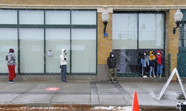 Người dân xếp hàng chờ xét nghiệm nCoV ngày 10/11 tại Fargo, Bắc Dakota. Ảnh: NYTimes.
