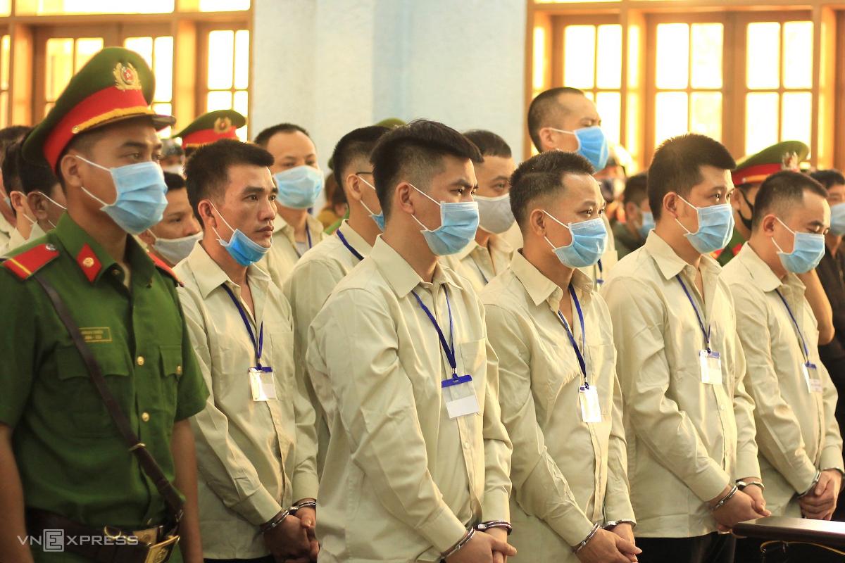 Nguyễn Mạnh Hùng (thứ 2 từ phải sang) cùng đồng phạm tại toà, hôm 17/11. Ảnh: Trần Hoá.