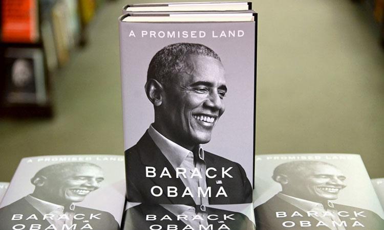 Hồi ký Miền đất hứa của cựu tổng thống Mỹ Barack Obama được bày bán tại New York hôm 17/11. Ảnh: AFP.