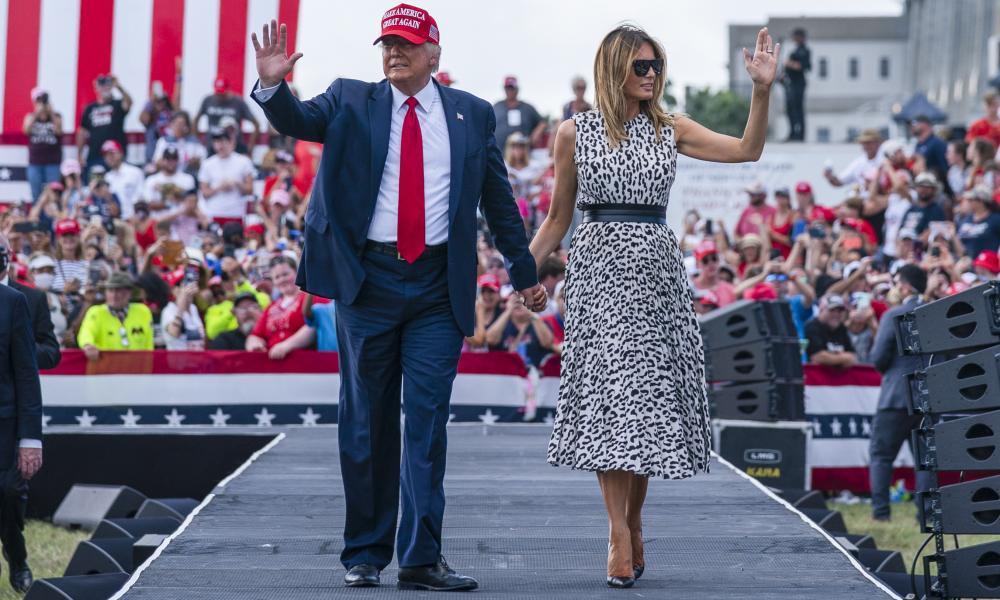 Tổng thống Mỹ Donald Trump và phu nhân Melania tại cuộc vận động ở Tampa, bang Florida, hôm 29/10. Ảnh: AP.