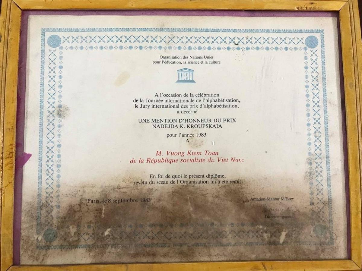 Bằng khen UNESCO tặng ông Vương Kiêm Toàn năm 1983, hiện được gia đình con trai cả Vương Mạnh Thái lưu giữ. Ảnh: Thanh Hằng