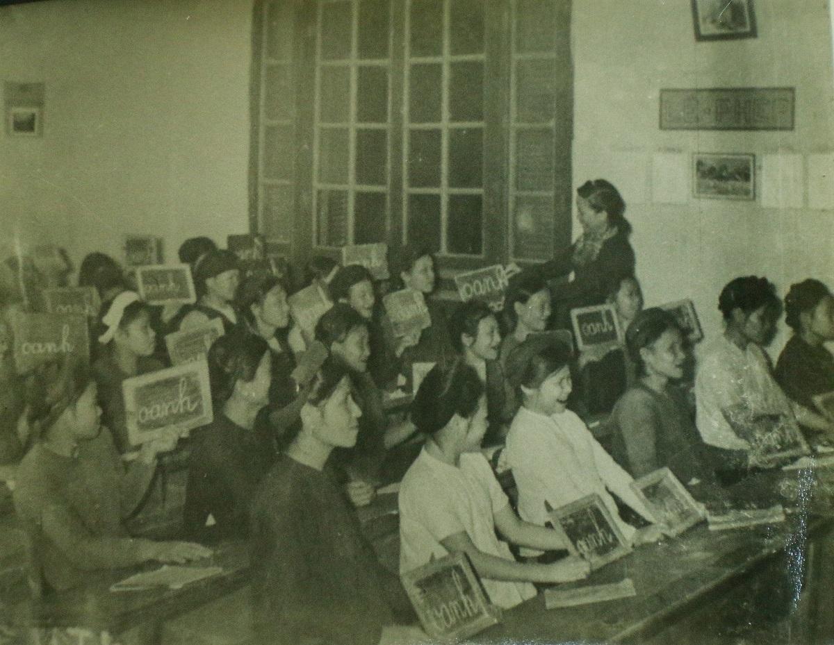 Một lớp bình dân học vụ ở Hà Nội năm 1945. Ảnh: Bảo tàng Lịch sử Quốc gia Việt Nam.