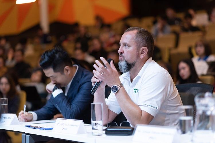 Đại diện nhãn Carlsberg Việt Nam nhận xét và đặt câu hỏi phản biện cho đội thi.