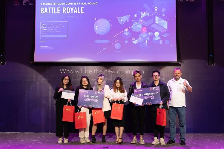 Đại diện nhà tài trợ - Carlsberg Việt Nam (ngoài cùng bên phải) trao giải thưởng cho đội Quán quân và Á quân 1 của Z Marketer 2020.