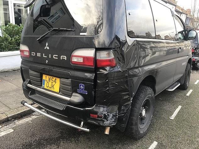 Một chiếc Mitsubishi dập móp khá nặng đuôi xe bên phải. Ảnh: Daily Mail