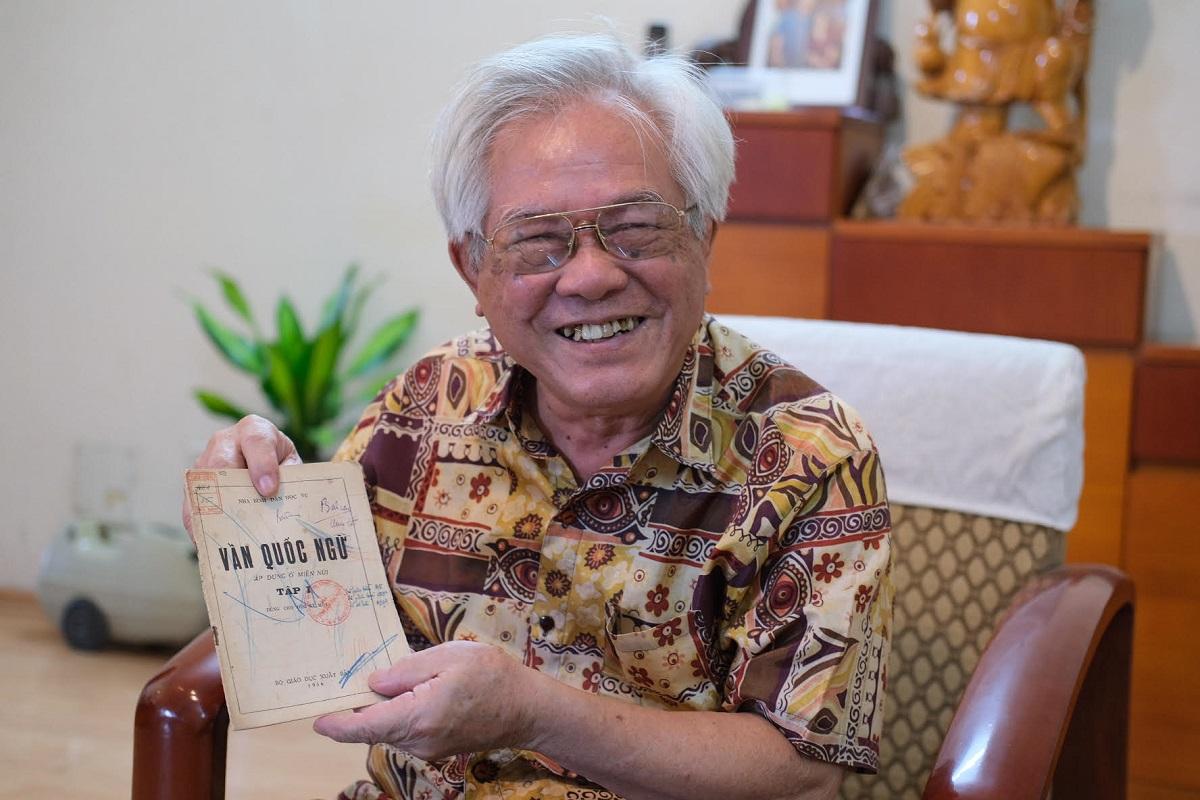 Ông Nguyễn Phong Niên giới thiệu cuốn Vần quốc ngữ dùng trong thời dạy bình dân học vụ. Ảnh: Dương Tâm.
