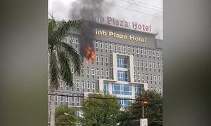 Hàng chục cảnh sát dập lửa tầng 7 khách sạn