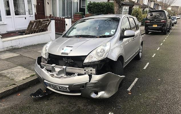 Một nạn nhân bị rụng ba-đờ-sốc. Ảnh: Daily Mail