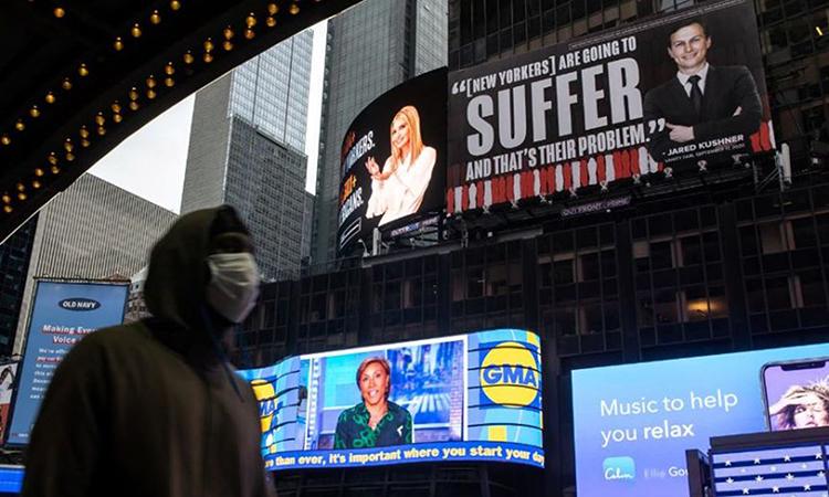 Bảng quảng cáo mỉa mai vợ chồng Ivanka của Dự án Lincoln ở New York. Ảnh: Reuters.