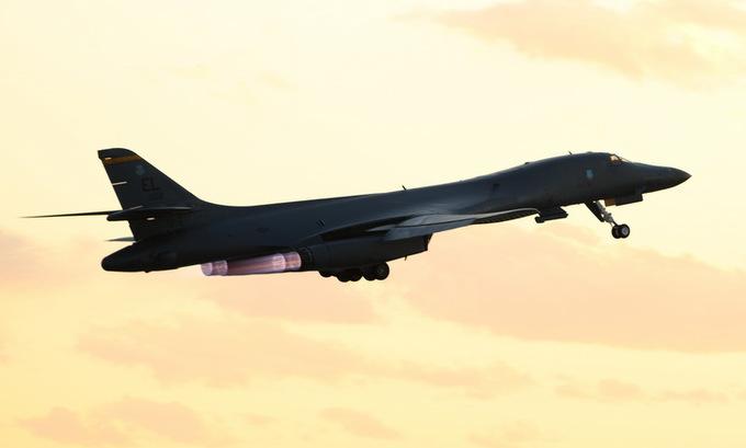 Một oanh tạc cơ B1-B của Mỹ cất cánh từ bang Nam Dakota hồi tháng 4. Ảnh: USAF.