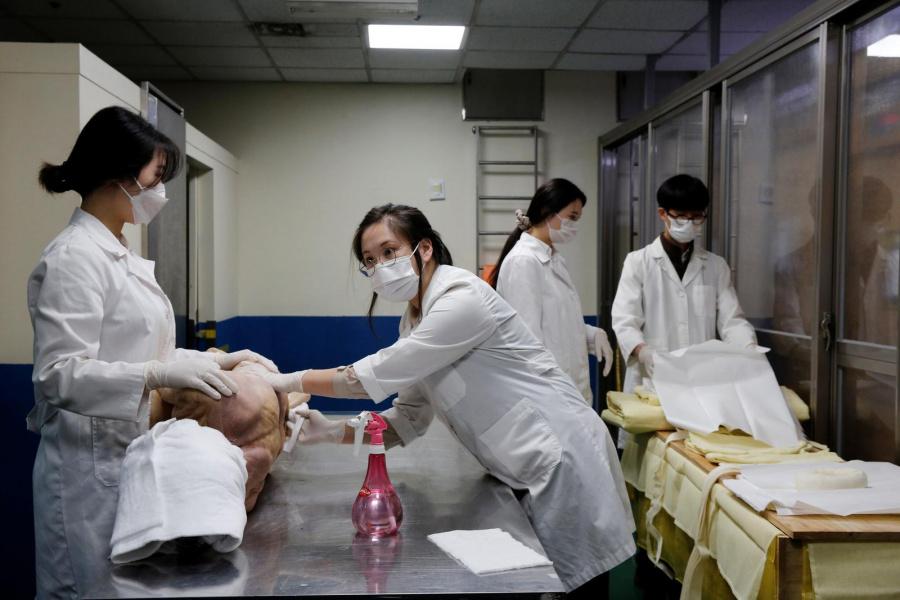 Park Bo-ram, giám đốc một nhà tang lễ ở Seoul, lau sạch một thi thể. Ảnh: Reuters.