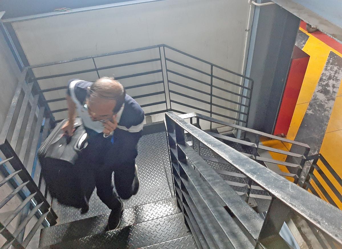 Khách xách vali theo lối thang bộ lên tầng 3 nhà xe TCP, tối 17/11. Ảnh: Gia Minh.