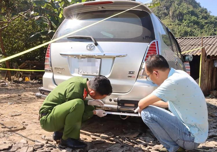 Cảnh sát khám nghiệm chiếc xe Hiến lái đâm vào cảnh sát.
