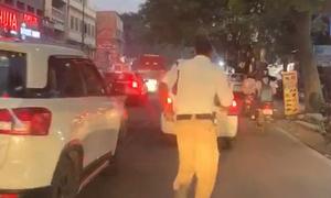 Cảnh sát chạy 2 km dẹp đường cho xe cứu thương