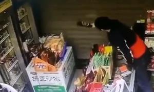 Rình đánh tên trộm thò đầu qua cửa