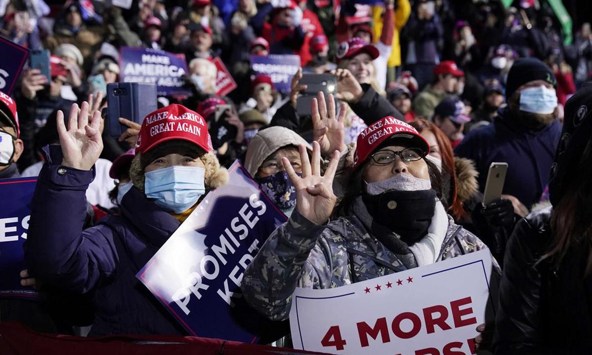 Người ủng hộ Tổng thống Trump tại sự kiện vận động tranh cử của ông ở Butler, bang Pennsylvania. Ảnh: AP.