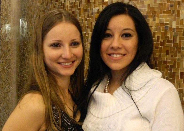 Anna Trubnikova (trái) và Lisa Berlanga tại đám cưới năm 2011. Ảnh: Cape Cod Times.