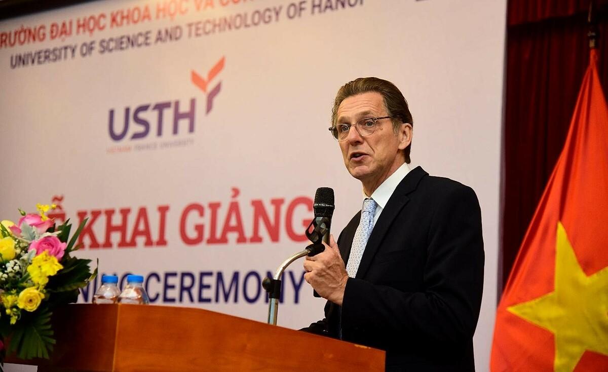 Giáo sư Etienne Saur - Hiệu trưởng chính nhà trường phát biểu khai giảng năm học 2020-2021. Ảnh: USTH.