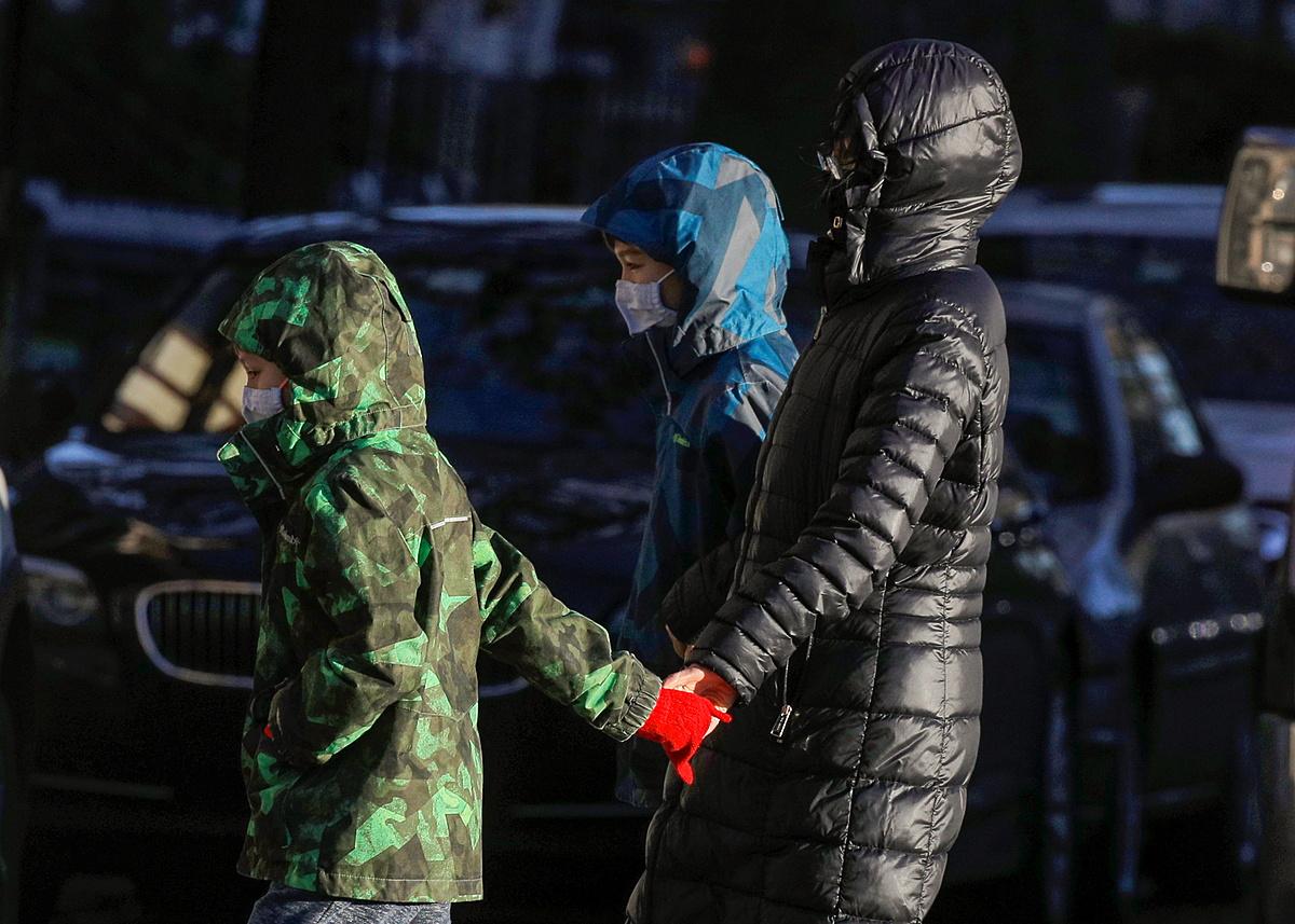 Học sinh rời trường ở Brooklyn, New York ngày 18/11 sau lệnh đóng cửa trường học. Ảnh: Reuters.