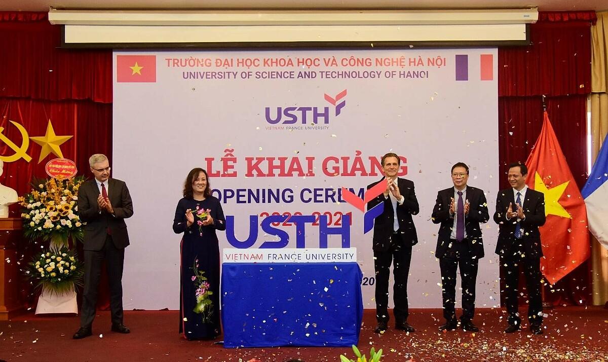 Giáo sư Etienne Saur - Hiệu trưởng chính và Phó Giáo sư, Tiến sĩ. Đinh Thị Mai Thanh, Hiệu trưởng công bố logo mới. Ảnh: USTH.