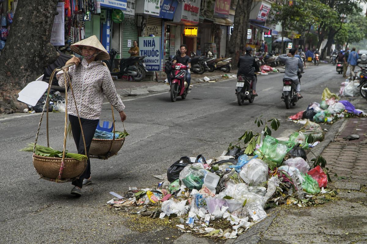 Rác chất đống trải dài dọc đường Yên Phụ. Ảnh: Phạm Tuấn