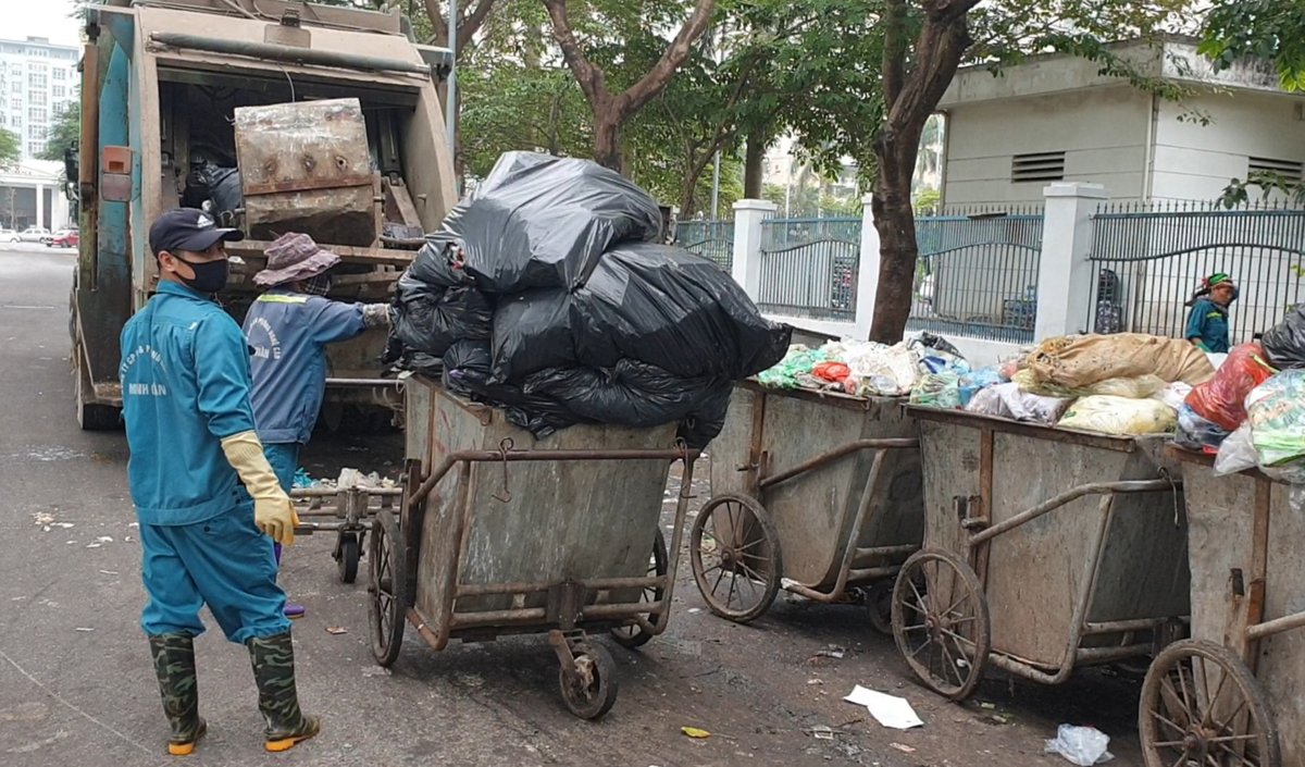 Xe rác chất đầy ở quận Nam Từ Liêm. Ảnh: Hữu Tuấn