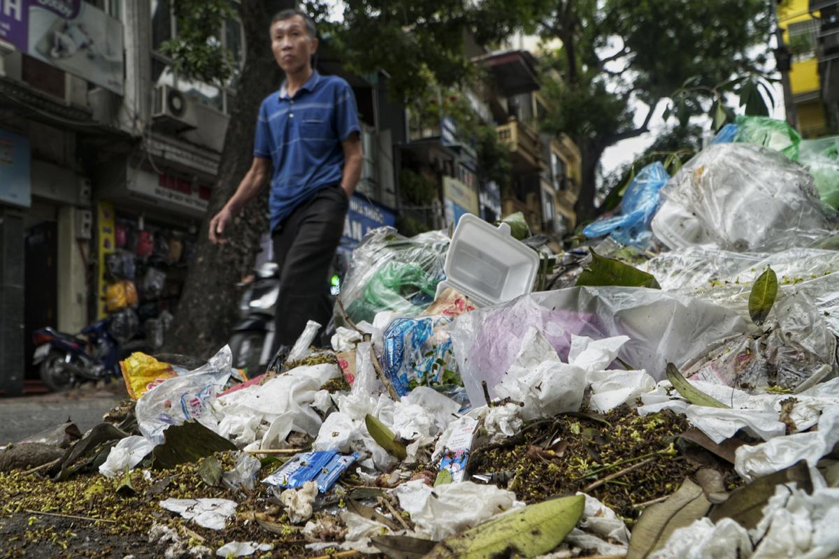 Rác chất đống trên phố Yên Phụ, ngày 19/11. Ảnh: Phạm Tuấn