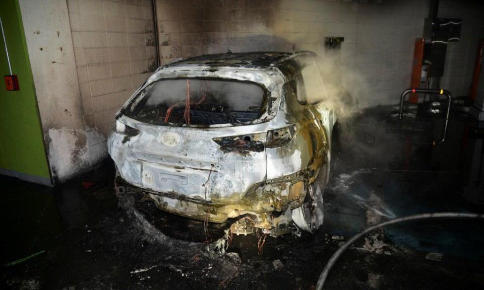Chiếc Kona EV bốc cháy trơ khung trong bãi để xe tầng hầm của một khu căn hộ phức hợp ở Daegu, Hàn Quốc, hôm 4/10. Ảnh: Daegu Fire & Safety Department