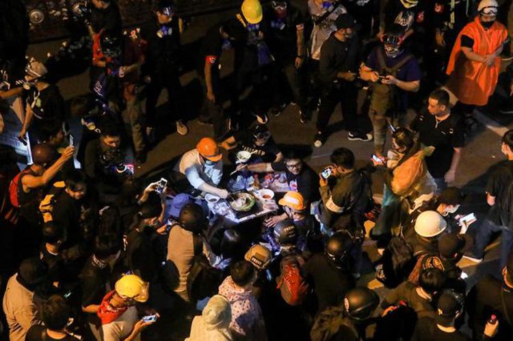 Người biểu tình Thái Lan nấu lẩu trước đồn cảnh sát ở Bangkok trong cuộc biểu tình hôm 18/11. Ảnh: Reuters.