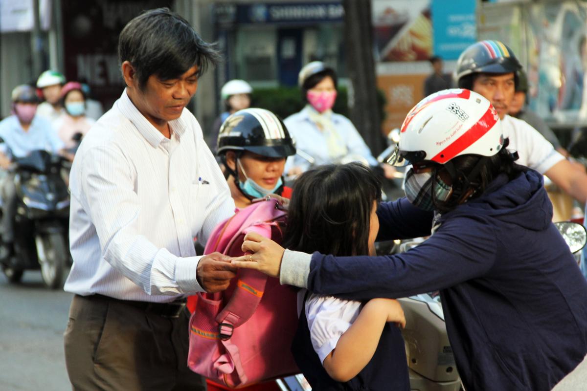 Thầy Nguyễn Văn Hùng đón học sinh trước cổng trường vào mỗi sáng. Ảnh: Nguyên Thảo.